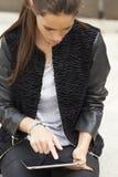 Vrouw die met tablet werkt Royalty-vrije Stock Foto
