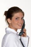 Vrouw die met Telefoon terug kijkt stock afbeeldingen