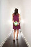 Vrouw die met terug gift op haar loopt Stock Fotografie