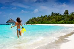 Vrouw die met toestel die de wateren van de Maldiven tegenkomen snorkelen Royalty-vrije Stock Fotografie