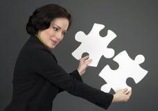 Vrouw die met Twee Grote Stukken van de Puzzel werken Royalty-vrije Stock Fotografie