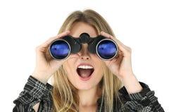 Vrouw die met verrekijkers geschokt kijkt Royalty-vrije Stock Foto's