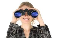 Vrouw die met verrekijkers kijkt royalty-vrije stock afbeelding