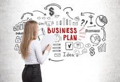 Vrouw die met voorbeeldenboek businessplan bekijken vector illustratie