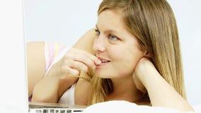 Vrouw die met vriend online met PC babbelen stock footage