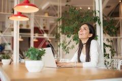 Vrouw die met vrienden babbelen die laptop met draadloos Internet met behulp van Stock Foto's