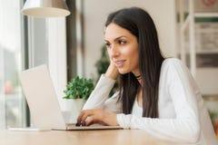 Vrouw die met vrienden babbelen die laptop met draadloos Internet met behulp van Royalty-vrije Stock Afbeeldingen