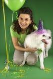 Vrouw die met witte hond knielt. stock afbeeldingen