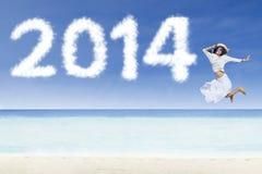 Vrouw die met wolken van 2014 springen Royalty-vrije Stock Afbeeldingen