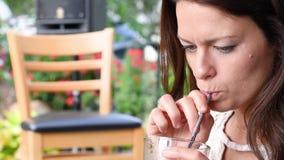 Vrouw die metaalstro in plaats van plastic stro gebruiken stock footage