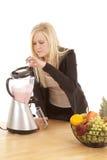 Vrouw die in mixer kijkt royalty-vrije stock afbeeldingen