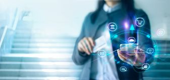 Vrouw die mobiele betalingen gebruiken Digitale Marketing Bankwezennetwerk Online Winkelend stock foto