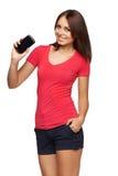 Vrouw die mobiele celtelefoon met het zwarte scherm tonen Royalty-vrije Stock Foto's