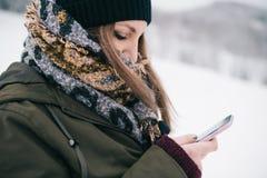 Vrouw die mobiele smartphone gebruiken royalty-vrije stock afbeelding