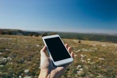 Vrouw die mobiele smartphone met behulp van openlucht stock fotografie
