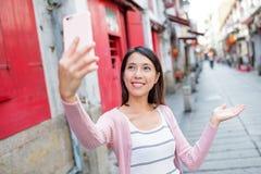 Vrouw die mobiele te nemen telefoon met behulp van selfie Stock Fotografie
