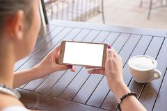 Vrouw die mobiele telefoon in horizontale positie met het geïsoleerde scherm voor model houden Royalty-vrije Stock Afbeelding