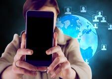 Vrouw die mobiele telefoon houden tegen voorzien van een netwerkpictogrammen Royalty-vrije Stock Fotografie