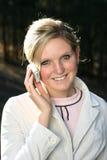 Vrouw die mobiele telefoon houdt Stock Afbeelding