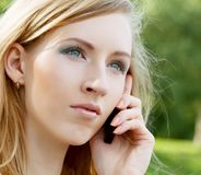 Vrouw die Mobiele Telefoon met behulp van royalty-vrije stock foto's