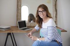 Vrouw die Mobiele Telefoon met behulp van Royalty-vrije Stock Foto