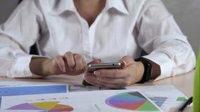 Vrouw die Mobiele Telefoon met behulp van De Voorraad die van het grafiekgeld omhoog handel drijven Bedrijfs Economisch Concept stock video