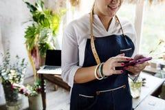Vrouw die mobiele telefoon met behulp van die naar informatie op zoek zijn royalty-vrije stock fotografie