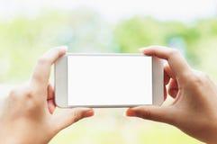 Vrouw die mobiele telefoon met het lege scherm, zaken met behulp van - technologieconcept stock foto