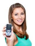 Vrouw die mobiele telefoon toont Royalty-vrije Stock Afbeelding