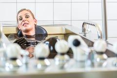 vrouw die modderbad van alternatieve therapie genieten Stock Afbeeldingen