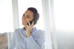 Vrouw die in moderne smartphone spreken royalty-vrije stock afbeeldingen