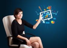 Vrouw die moderne tablet met kleurrijke diagrammen en grafieken houden stock foto's