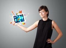 Vrouw die moderne tablet met kleurrijke diagrammen en grafieken houden royalty-vrije stock afbeelding