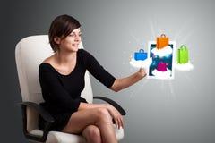Vrouw die moderne tablet met kleurrijke het winkelen zakken op wolk houden royalty-vrije stock foto's