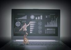 Vrouw die moderne technologieën gebruiken Stock Afbeeldingen