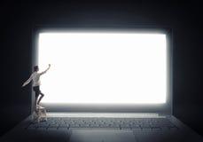 Vrouw die moderne technologieën gebruiken Stock Afbeelding