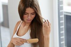 Vrouw die Mooi Gezond Lang Haar met Borstelportret borstelen Stock Foto's