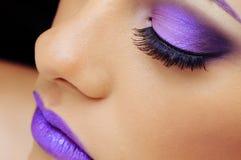 Vrouw die mooie make-up draagt Royalty-vrije Stock Fotografie