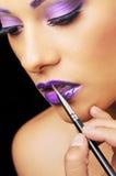 Vrouw die mooie make-up draagt Royalty-vrije Stock Foto