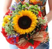 Vrouw die mooie verjaardagsbloem met zonnebloem houden Royalty-vrije Stock Afbeelding