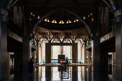 Vrouw die naar de moskee gaan om te bidden Royalty-vrije Stock Afbeeldingen