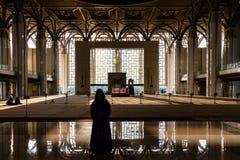 Vrouw die naar de moskee gaan om te bidden Stock Foto's