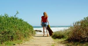 Vrouw die naar overzees op promenade 4k lopen stock footage