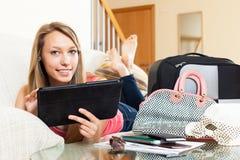 Vrouw die naar reisbestemming zoeken op tablet royalty-vrije stock fotografie