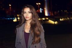 Vrouw die in nachtstad lopen Stock Afbeelding