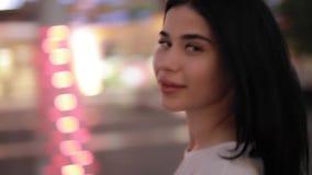 Vrouw die in nachtstad lopen stock footage