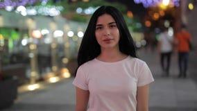 Vrouw die in nachtstad lopen stock videobeelden