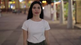 Vrouw die in nachtstad lopen stock video