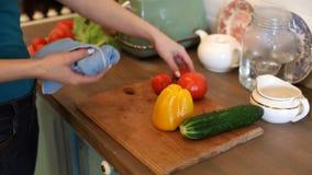 Vrouw die natte gewassen groenten afvegen stock videobeelden