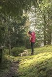 Vrouw die neer aan haar hond kijken Stock Foto's